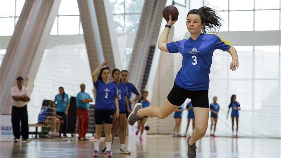 Incentiva a prática do esporte pela qualidade de vida e pela aprendizagem de valores, como cooperação e trabalho em equipe.