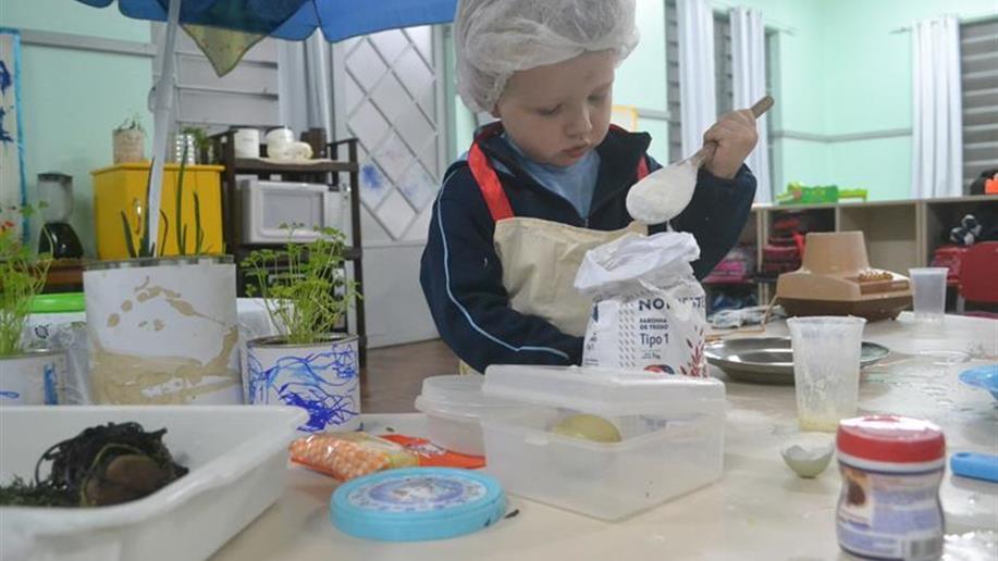 Crianças da Classe Bebê vivenciam atividades sustentáveis que estimulam a alimentação saudável