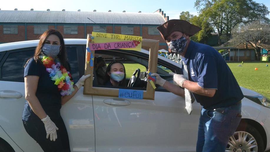 Em Drive Thru especial, estudantes e famílias puderam rever os educadores e ainda colaborar com a doação de um brinquedo