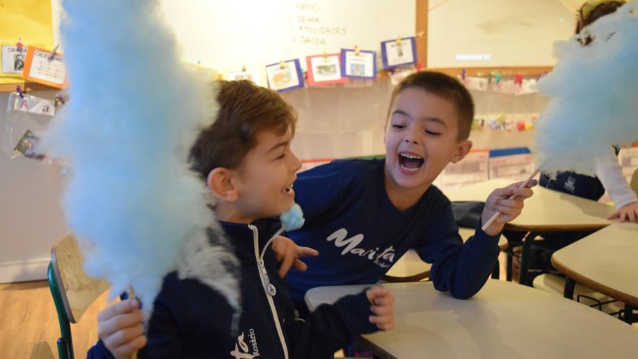 Professor de Física mostrou às crianças do 1º ano EF que formação estelar se assemelha à produção de algodão doce