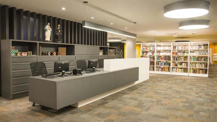 Localizada no térreo do Prédio A, a Biblioteca oferece um ambiente ideal para pesquisas e leituras.