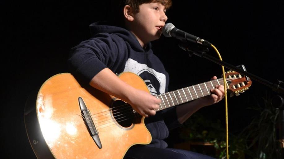 Em parceira com a NHS | Música, Expressão e Arte vamos oferecer à comunidade educativa aulas de canto, percussão, guitarra, violão, ukulele, contrabaixo, teclado e musicalização infantil.