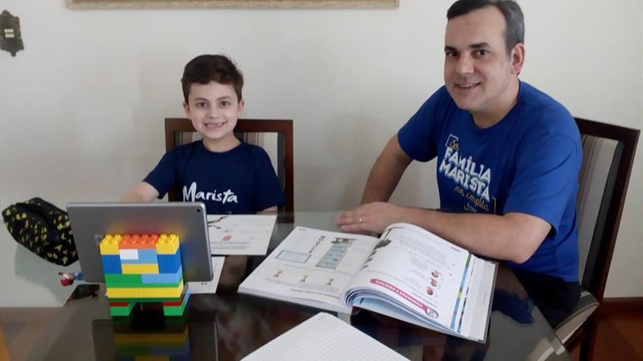 Os desafios do home office para pais que se dividem entre dar aulas online  e auxiliar os filhos nas atividades domiciliares
