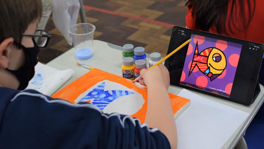 Os 5º anos realizam releituras de obras brasileiras em sala de aula.