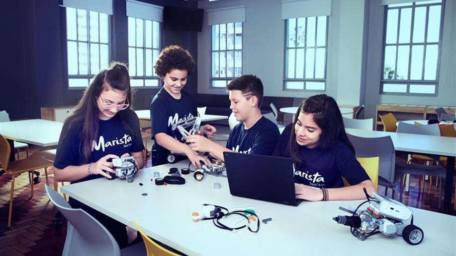 A robótica além de estimular a criatividade, o raciocínio lógico e o trabalho em equipe, intensifica o estudo de conceitos multidisciplinares