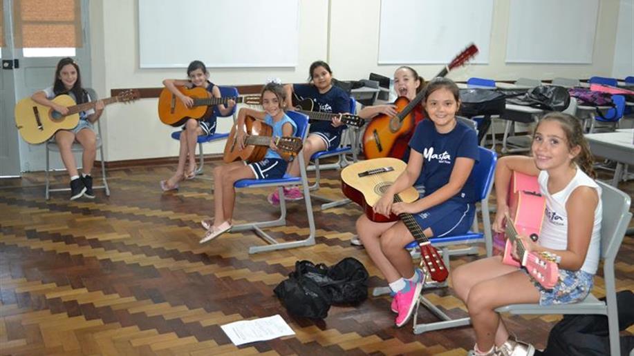 As aulas de violão tem por objetivo desenvolver a aprendizagem do instrumento por meio do ensino coletivo