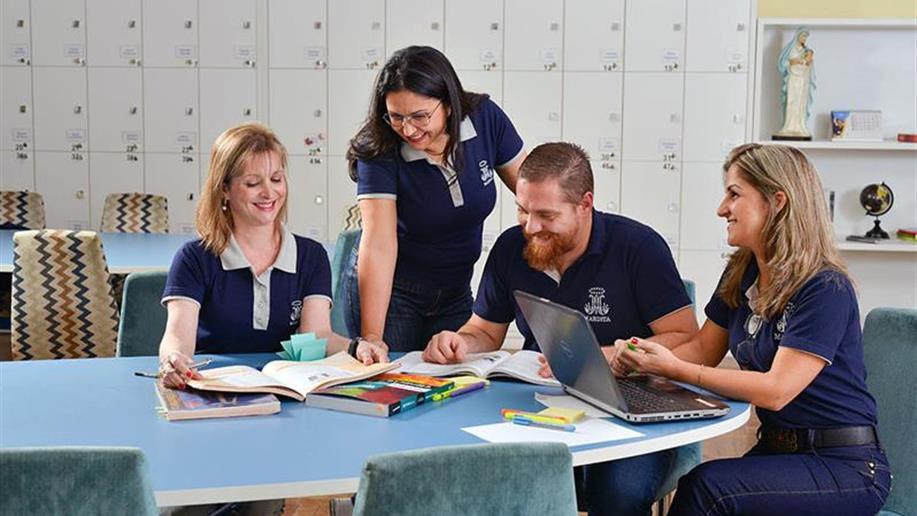 Educadores participam de cursos, palestras e seminários ao longo do ano.