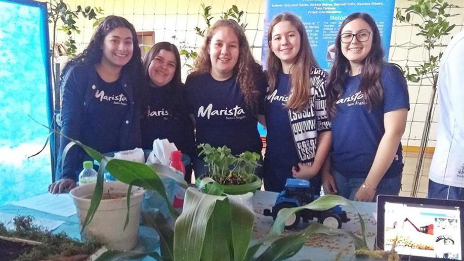 Colégio incentiva a participação de estudantes e educadores em eventos científicos.