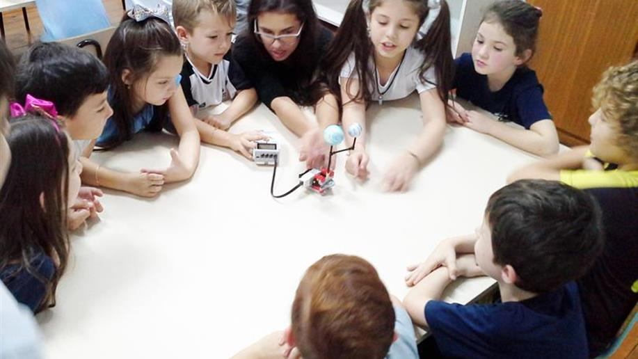 Turma da Oficina de Robótica Educacional compartilhou experiências com as crianças do 1º ano EF.
