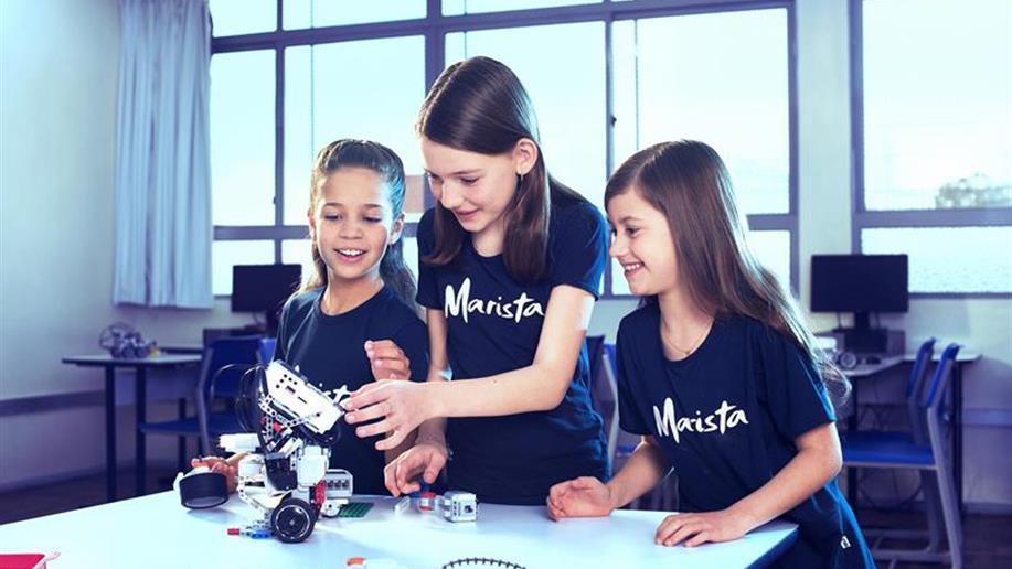 Iniciativa inovadora que insere a tecnologia no cotidiano escolar, dinamizando o jeito de ensinar e aprender. Juntos, estudantes e educadores constroem maquetes e robôs para solucionar situações-problema.