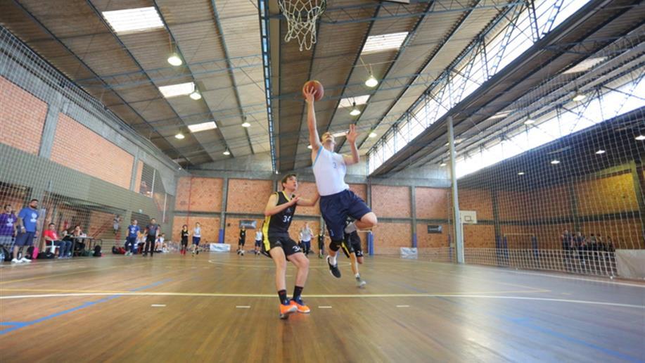 A prática esportiva é trabalhada de forma saudável, com foco na aprendizagem de valores, espírito de equipe, formação de liderança, convivência e na amizade.