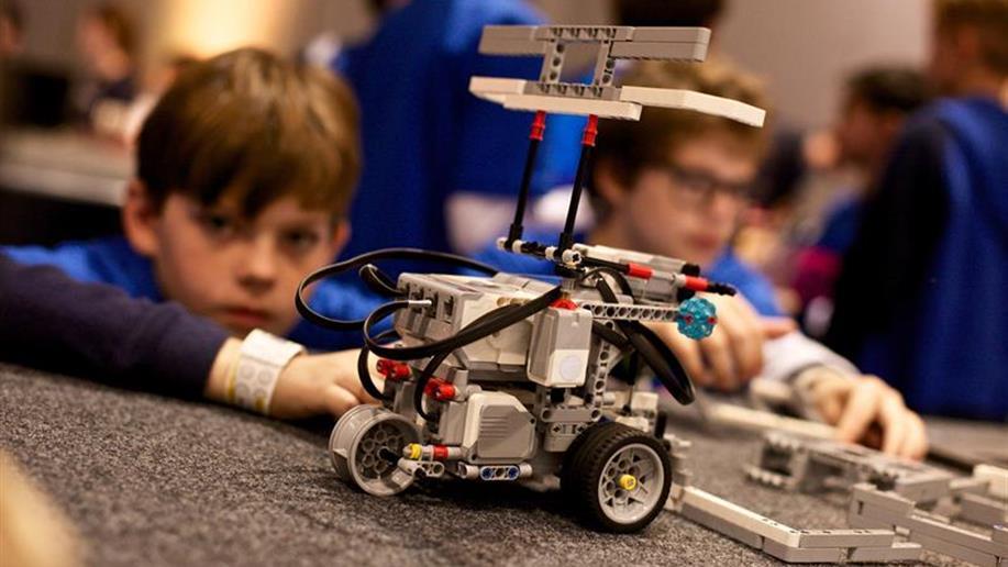 A Robótica Educacional integra uma série de iniciativas inovadoras que inserem a tecnologia no cotidiano escolar, dinamizando o jeito de ensinar e aprender.