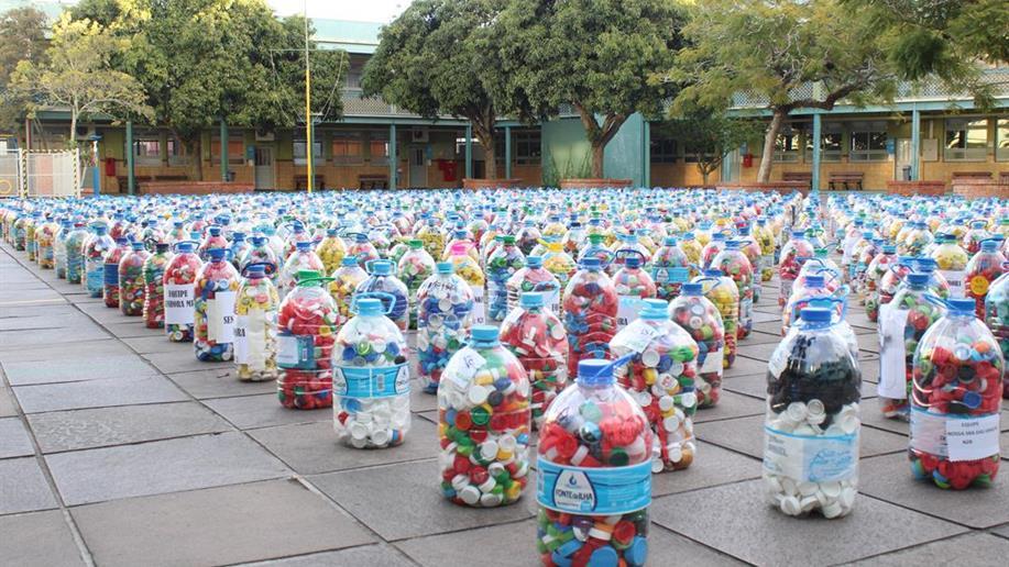 Foram arrecadados mais de 1290 galões de tampinhas e mais de 1,5 toneladas de alimentos