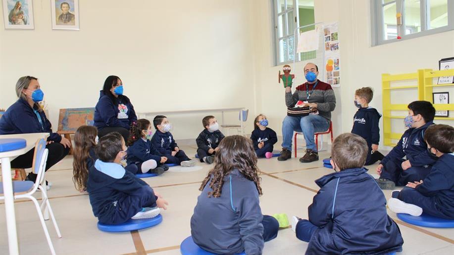 As turmas da Educação Infantil receberam uma cesta com fantoches que vão inspirar diferentes formas de rezar.