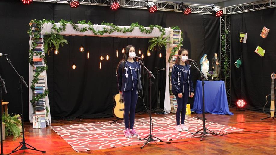Nossos estudantes cantaram e declamaram poesias de própria autoria e de escritores, compositores e cantores que se tornaram ícones da poesia e da música popular brasileira.