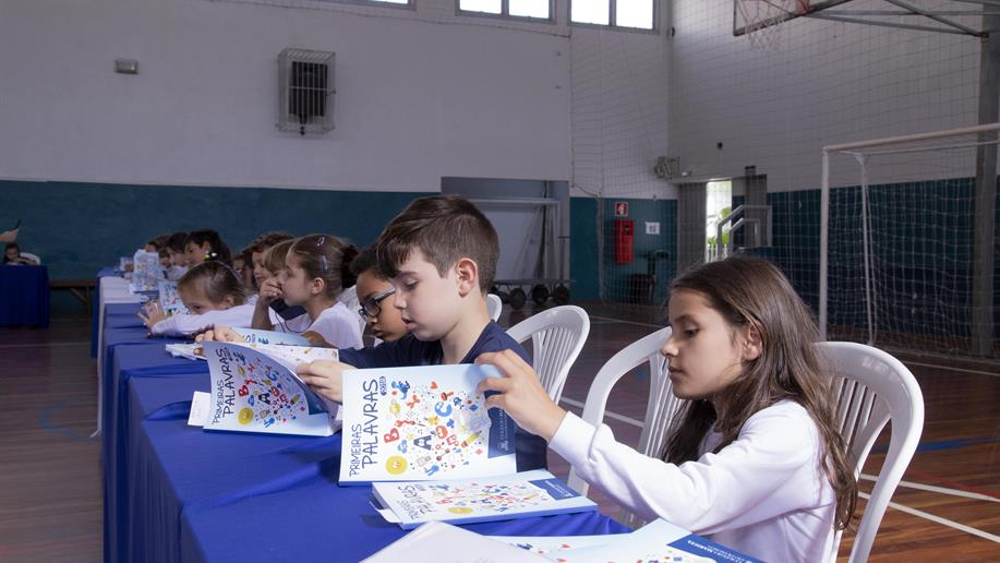 Nossos estudantes do 1º ano do Ensino Fundamental lançaram o livro com sessão de autógrafos e a presença das famílias
