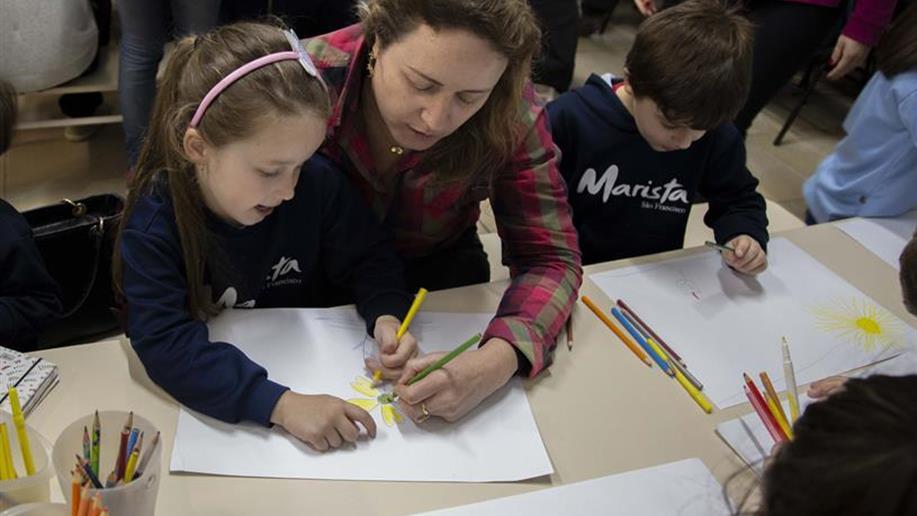 Partilhando experiências e investigações, famílias e estudantes vivenciam os projetos realizados dentro de sala de aula.