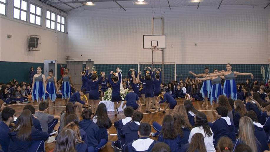 Educadores e estudantes da Educação Infantil ao Ensino Médio participaram da Coroação de Maria.