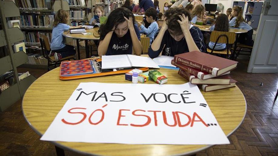 Estudantes do 2º ano do Ensino Médio desenvolveram imagens com cartazes com o objetivo de explorar a linguagem utilizada em protestos.