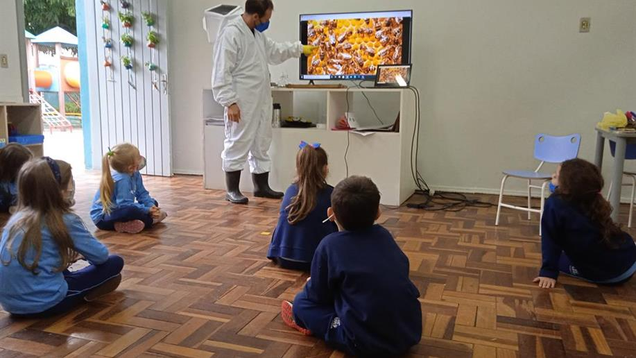 Os estudantes do Nível 3 da Educação infantil investigaram a vida das abelhas e qual a sua contribuição para o meio ambiente