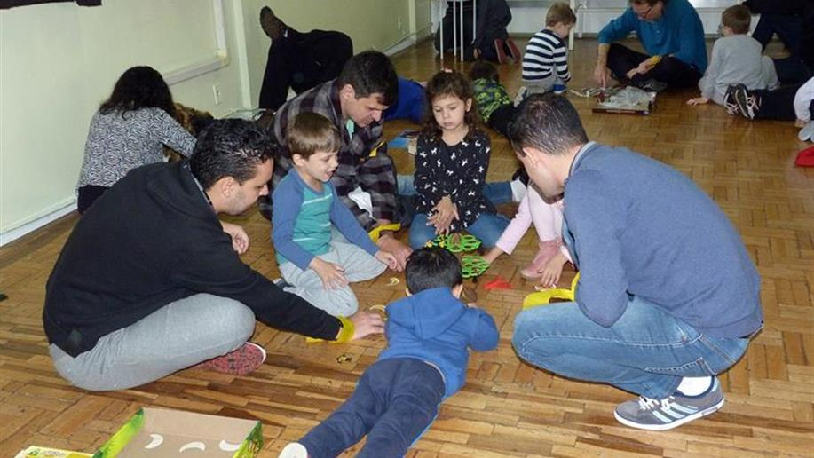 Evento comemorativo pelo Dia do Pais. Apresentações artísticas da Educação Infantil e Anos Iniciais.